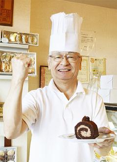 ガッツポーズを見せる「ソフィア洋菓子店」笹田店長