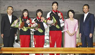 市職員や来庁者が見守る中で贈呈式が行われた。写真左から、松本議長、早瀨さん、滝澤さん、三枝さん、林市長、山口会長