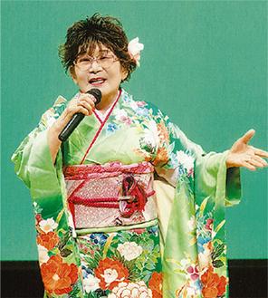 歌を披露する畠山さん(昨年)