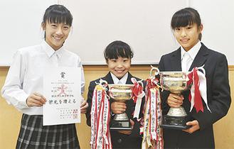 トロフィーと賞状を手に喜ぶ選手。左から泉さん、岩谷さん、岡本さん