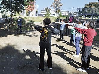 二ツ橋公園の広場で体操する参加者ら