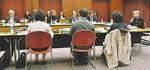 素案について話し合う検討委員会の委員ら