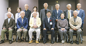 森区長(中央右)と会員ら