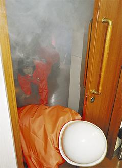 煙が充満した部屋を通り抜ける体験も