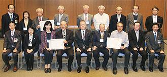 表彰された区内団体の会員と市関係者ら。※前列左から3・4番目は戸塚区の団体