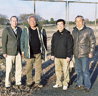 川口篤会長(写真中央の右)をはじめとする協議会の役員ら=旧上瀬谷通信施設