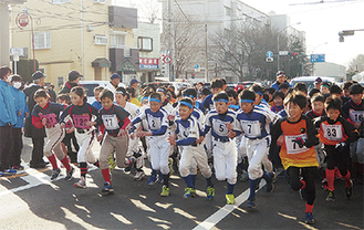 走り出すランナーたち(イシケンスポーツ提供)