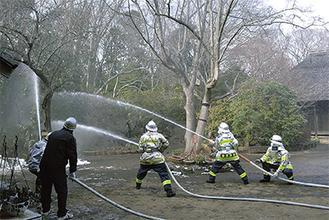 放水を行う参加者と消防隊員ら