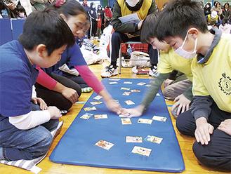 素早く札を取る参加者の小学生たち
