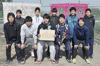表彰された三村さん(前列中央)と池場部長(前列左から2番目)ら部員