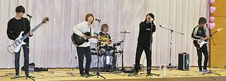 演奏するメンバー