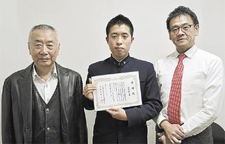 安部会長(左)と同校の山口さん(中央)、中野卓弥教諭