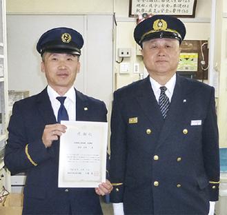安田さん(左)と八釼署長