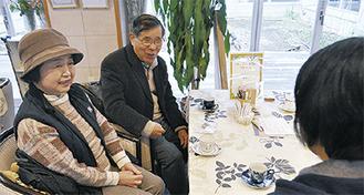 コーヒーを飲みながら、会話を楽しむ参加者
