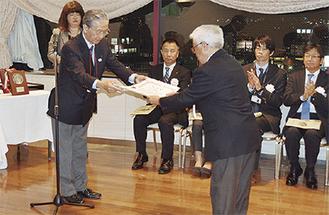 澁谷会長(左)から賞状を受け取る受賞者