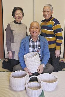 作品を手に笑顔の相澤さん(中央)と妻・加代子さん(右)、吉澤さん