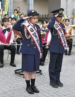 一日警察署長の前田君(右)と福元さん