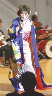歌声を披露する畠山さん(昨年)
