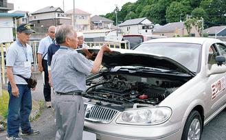 車の点検方法を確認する参加者