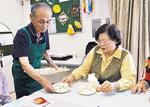 配膳する松本代表(左)