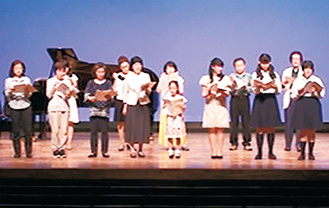 泉区で開催したワークショップ参加者が公演で歌う様子