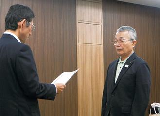 森委員長(左)から表彰状を受け取る大坪会長