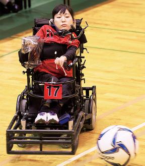 電動車椅子で巧みにボールを操る永岡さん※本人より写真提供