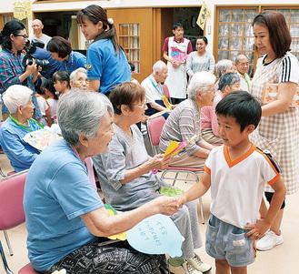 握手を交わす参加者と園児