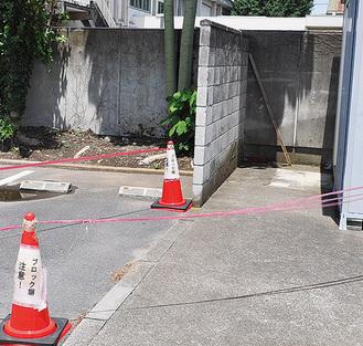人が近づかないようにテープで囲われたブロック塀=せやまる・ふれあい館、13日撮影