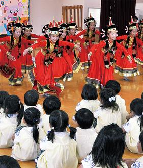 踊りを披露する団員たち