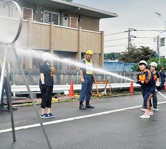 火点に放水する選手たち
