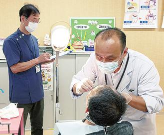 歯科医師会の会員による診察が行われた