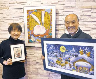 それぞれの作品を持つ弘行さんとゆう子さん