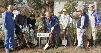 花を植える久松会長(写真右から4人目)と各団体のメンバー