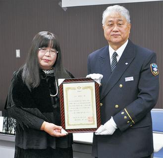 八釼署長から感謝状を受けた智惠子さん