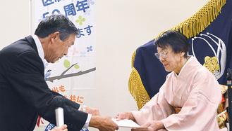功労者を表彰する小川会長(左)