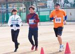 ランナーに並走する長谷川さんと多川さん
