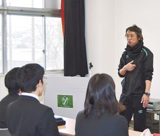 生徒に語りかけながら講演する遠藤さん