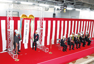 相鉄・JR線のレール締結を祝う関係者ら