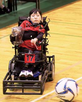電動車椅子を駆使してプレーする永岡さん
