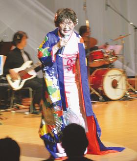歌声を披露する畠山さん