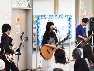 ギターを弾きながら歌う多田さん(中央)とTоmоさん(右)とアザカミさん