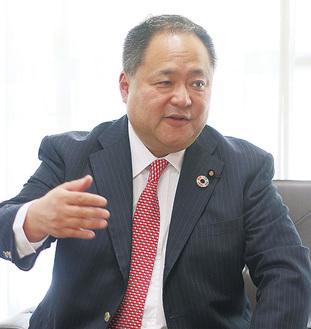 インタビューに答える横山氏