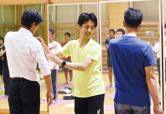参加者に直接指導する萩原さん(中央)