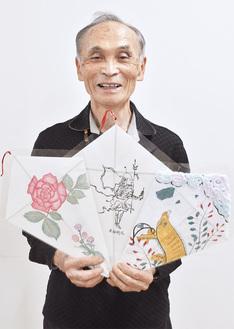凧絵を手に来場を呼びかける松本委員長