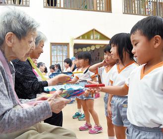 園児らが高齢者に手作りの品を贈った