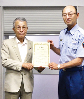 西川署長(右)から感謝状を受け取る大坪会長