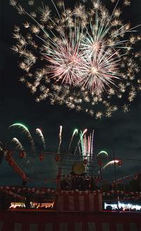 夜空を彩る花火(写真は過去)