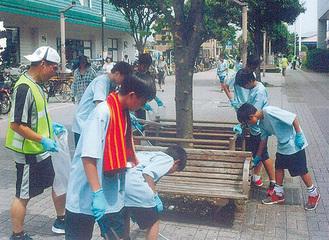 瀬谷駅で清掃活動する中学生ら