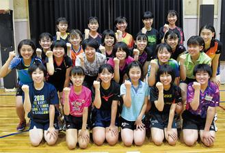 横浜隼人中学高等学校の女子卓球部(前2列が中学生)